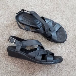 Born leather strapped sandals size 7